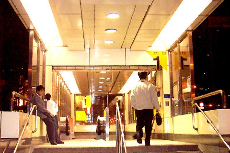 梅花里居民連署要求將捷運善導寺站改名為華山站。(取自維基百科)