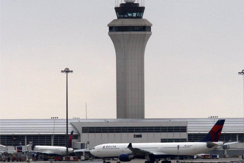 塔台即將走入無人時代,圖為美國底特律機場塔台。(美聯社)