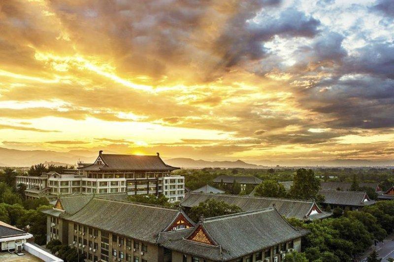 北京大學全球排名第二十二,台灣連台大都快掉到二百名之外了。(來源:大美北大微博)