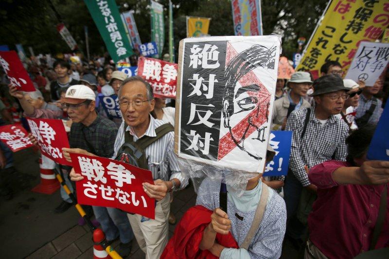 日本反對安保法案的民眾18日走上首都東京街頭示威(美聯社)