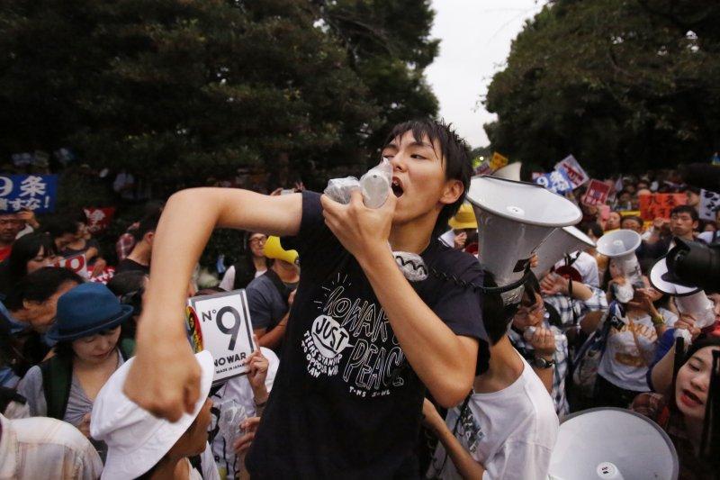 日本民眾上街反對安保法案(美聯社)