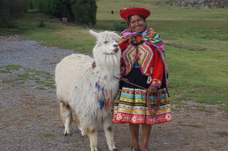 祕魯原住民和羊駝。(圖/老黑)