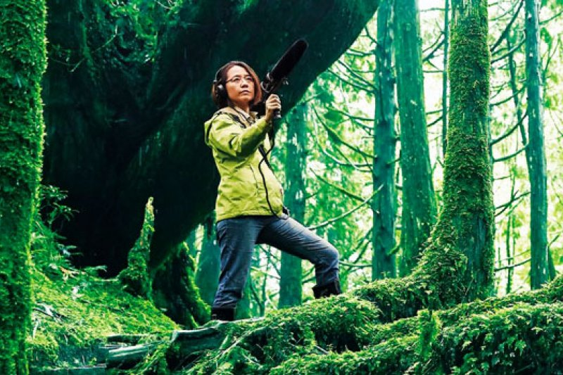 范欽慧,自然作家、廣播電視節目製作主持人、紀錄片編導、田野錄音師。因喜歡傾聽鳥鳴而走進自然,長期用聲音記錄台灣,致力發展土地的聽音美學。 (攝影者.石吉弘)