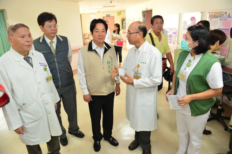 台南市長賴清德17日前往台南市立醫院和成大醫院。(取自賴清德臉書)