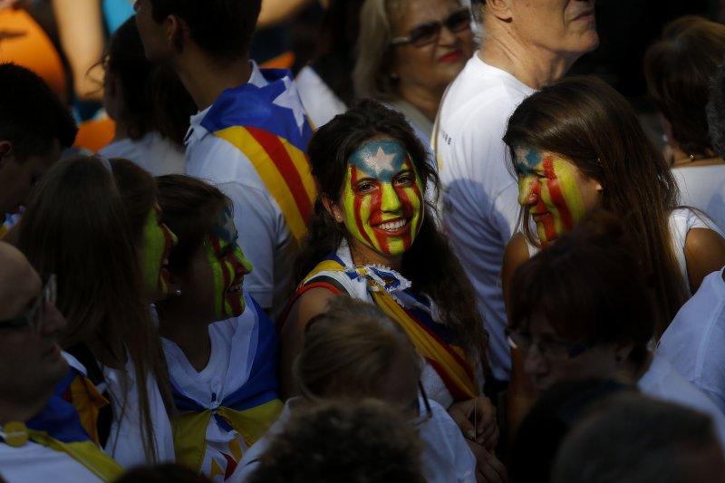 參加11日爭取獨立遊行的加泰隆尼亞居民。(美聯社)
