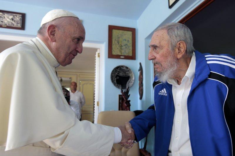 教宗方濟各(左)20日與古巴前領導人卡斯楚見面。(美聯社)