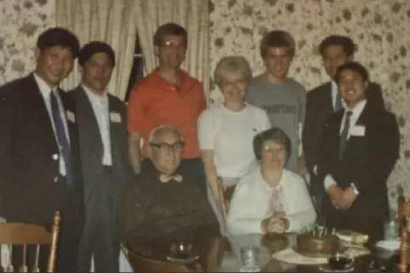 1985年4月,時年32歲的習近平(左一)曾率領一個5人代表團訪問愛荷華州。