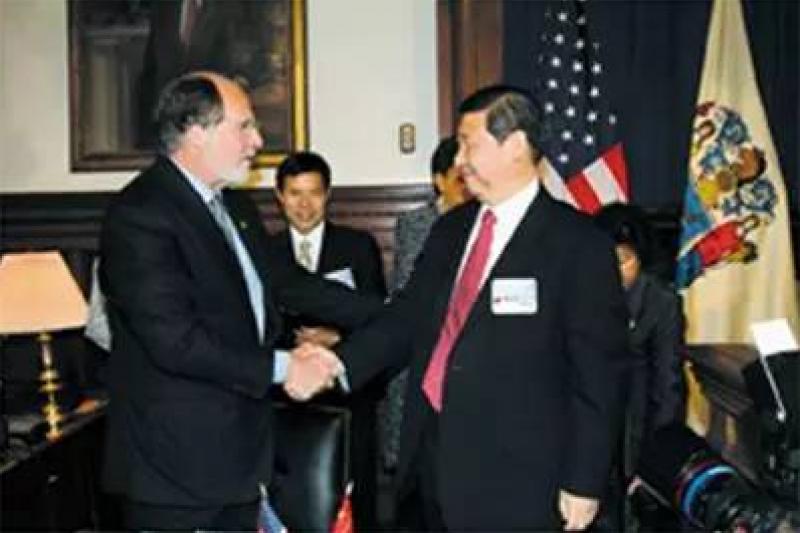 2006年5月,時任浙江省委書記習近平在新澤西州首府特倫頓拜會州長克辛。