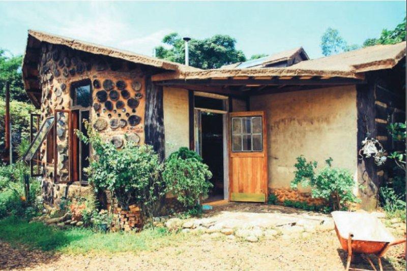 屋子外貌以北面的木頭和泥土為主要特色,其他三面牆分別以紅磚、土磚和混和牆面打造。