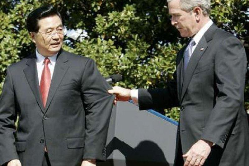 胡錦濤訪美,布希為了提醒他注意台階,直接扯住胡錦濤的西裝袖。(翻攝網路)