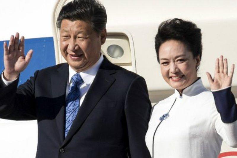 中國國家主席習近平與夫人彭麗媛抵達西雅圖。(BBC中文網)