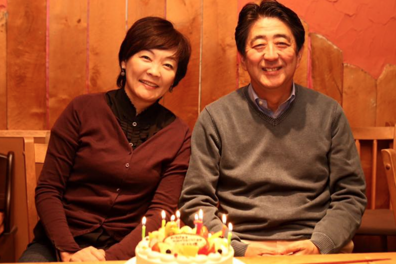 安倍晉三與夫人安倍昭惠一同慶祝生日。(翻攝安倍臉書)