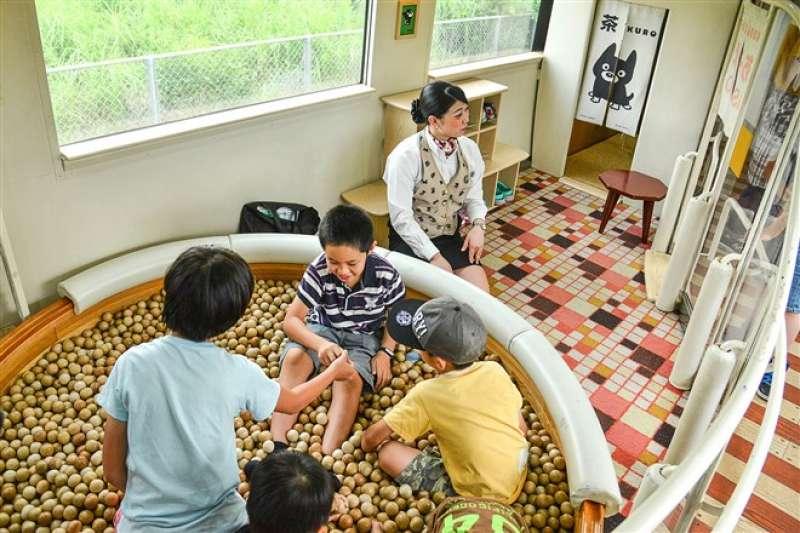 小朋友玩樂的遊戲區,有工作人員的守護讓家長更放心。(圖片來源:劉芊芊拍攝提供)
