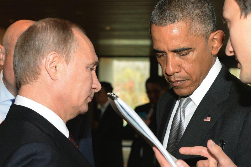 普京與歐巴馬在2014年11月的亞太經合會碰面。(美聯社)
