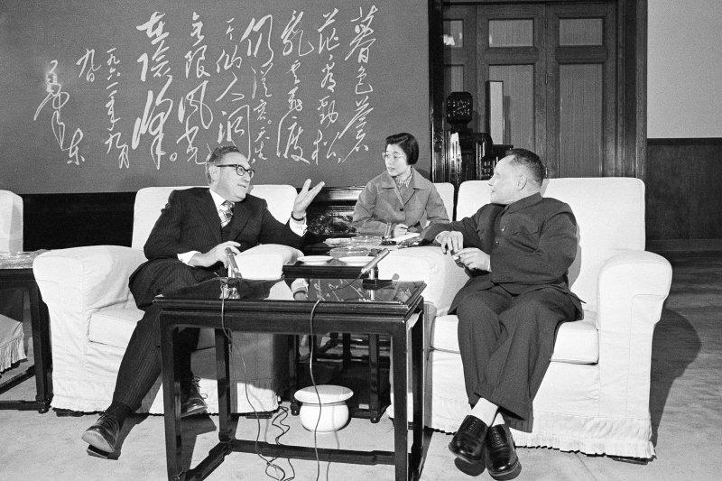 1974年11月27日,美國國務卿季辛吉(左)訪問北京,與鄧小平(右)見面。(美聯社)