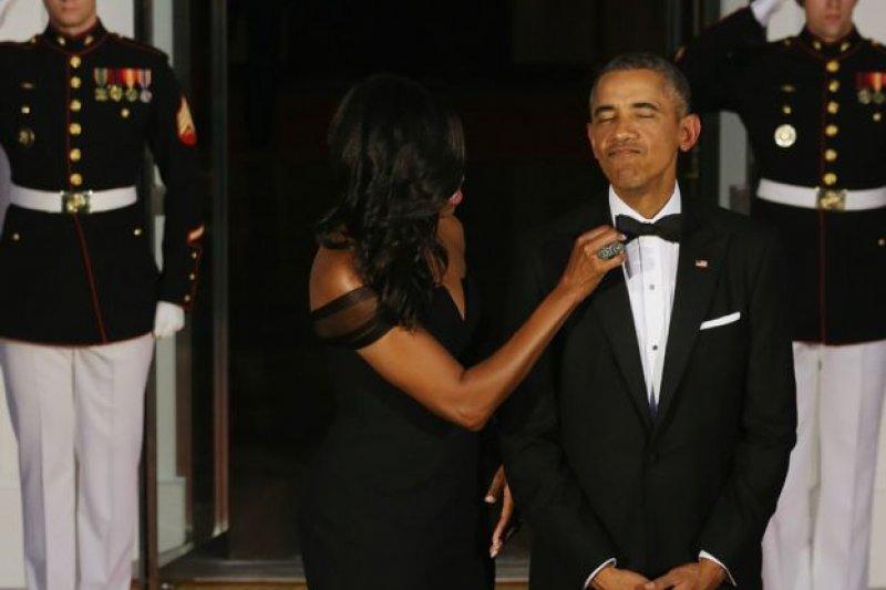 美國總統夫人蜜雪兒在國宴前為歐巴馬整理領結。(BBC中文網)