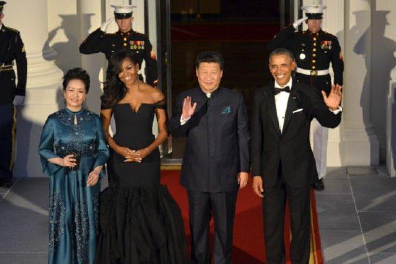 (左起)彭麗媛、蜜雪兒·歐巴馬、習近平巴拉克·歐巴馬一同出席華盛頓的白宮國宴。(BBC中文網)