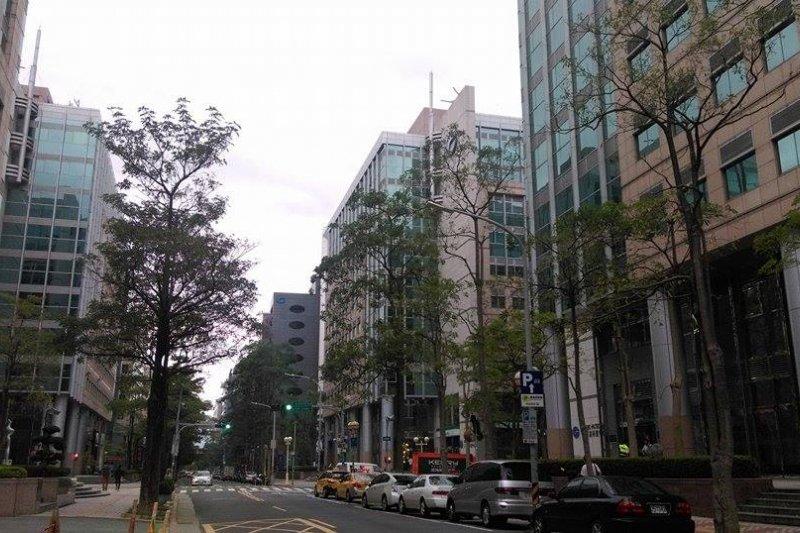 今天天氣受東北風影響,臺灣北部、東半部地區及金門、馬祖有局部短暫雨(郭佩凌攝)