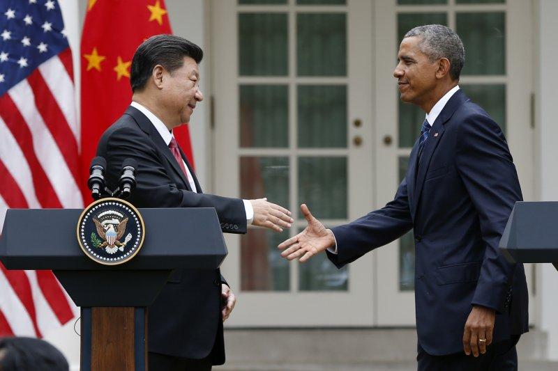 習近平與歐巴馬在白宮的聯合記者會上握手。(美聯社)