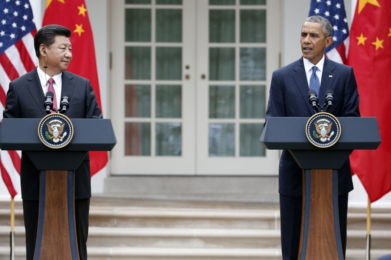 中國國家主席習近平(左)與美國總統歐巴馬(右)25日於白宮舉行聯合記者會。(美聯社)