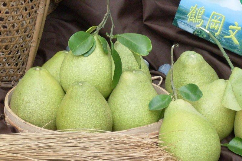 農糧署今(14)日表示,農民表示他採收的柚子已全數銷售完畢,沒有「丟到曾文溪」一事,中天報導非事實,已函請更正,否則將採取法律行動。(資料照,花蓮縣政府提供)