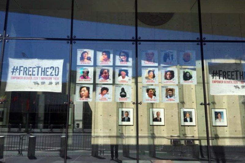 美國駐聯合國大使館中張貼的20名遭囚禁女權運動者照片。(美聯社)