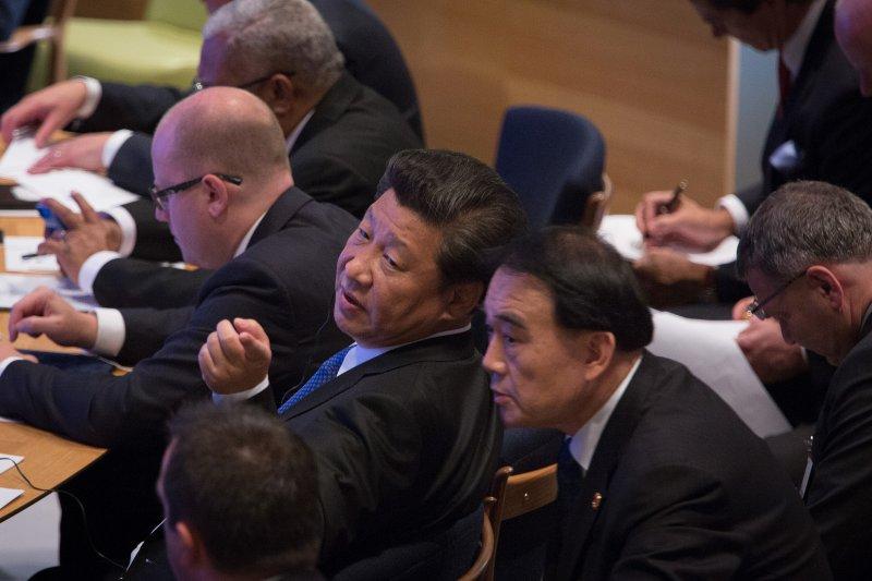 習近平在聯合國大會上與幕僚交換意見。(美聯社)