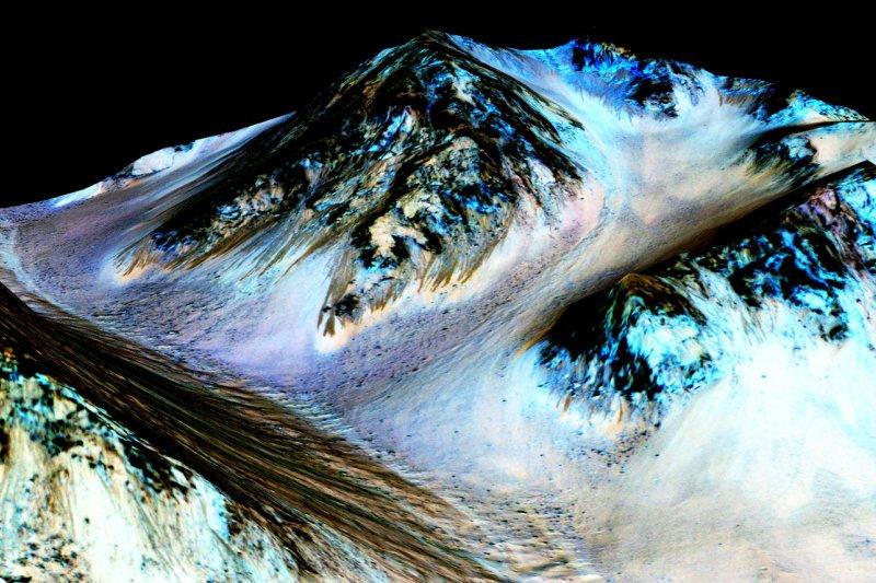 火星赤道地區這些黑色的條紋,實際上就是水流形成的溝槽。(NASA)