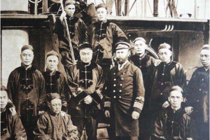 鄧世昌與艦上幹部合影, 此照片中大部份人包括英籍大管輪都在甲午戰爭中隨艦戰死(中國軍艦史月刊)