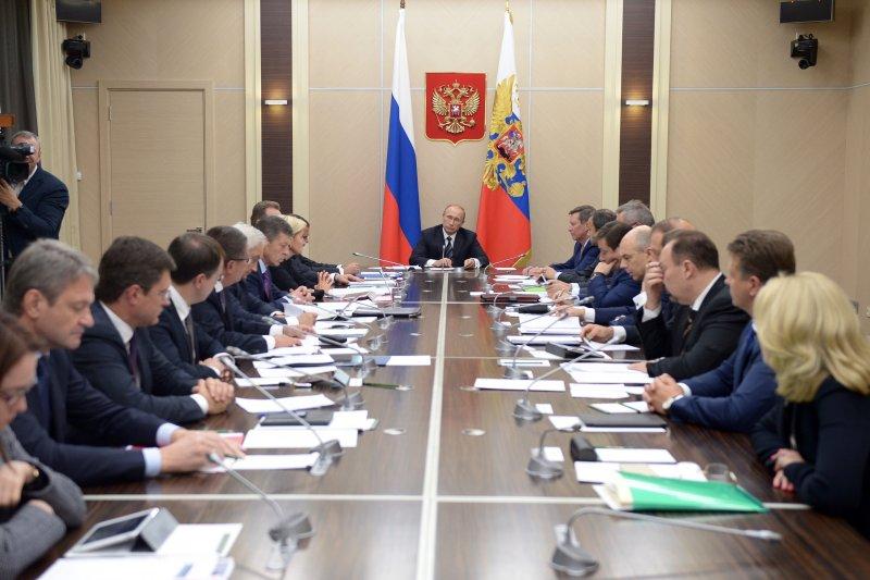 俄羅斯總統普京(中後方)30日召集高層官員舉行會議(美聯社)