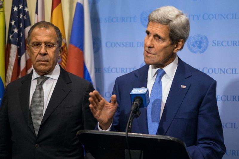 美國國務卿凱瑞(右)與俄國外長拉夫羅夫(左)在聯合國碰面。(美聯社)