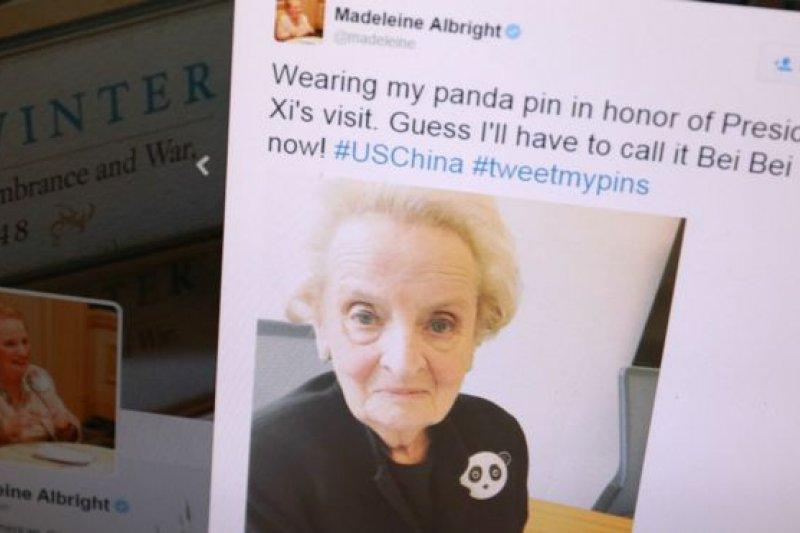 歐布萊特不僅收集胸針,而且在不同場合佩戴不同的胸針,反映自己的心情或是外交氛圍。為什麼戴熊貓胸針?「因為中國人喜歡熊貓,我也喜愛熊貓。」歐布萊特向BBC中文網解釋說(圖為歐布萊特在社交網站「推特」上貼出的佩戴熊貓胸針的照片)。(BBC中文網)