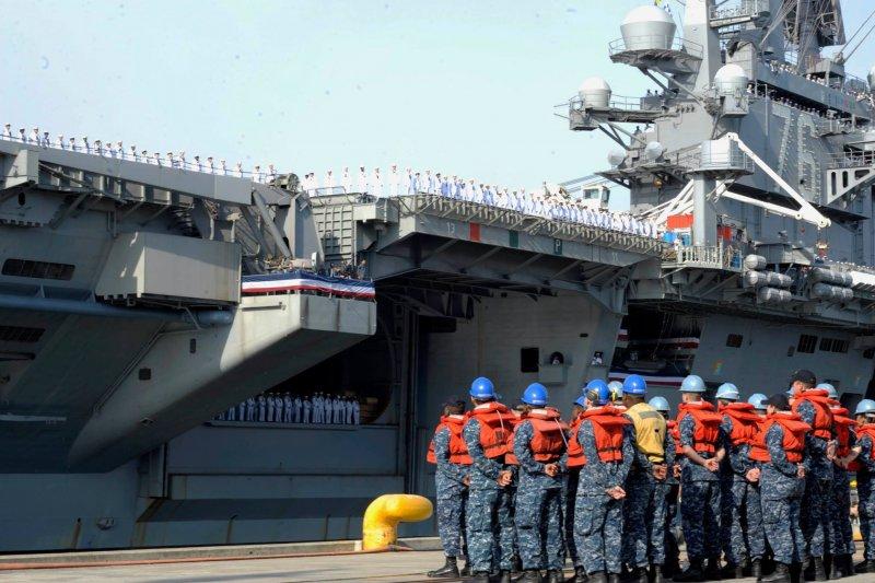 雷根號航空母艦10月1日駛入橫須賀基地。(美聯社)