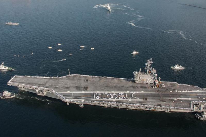 雷根號官兵在甲板上排出「初次見面」(はじめまして)的日文。(美國太平洋艦隊推特)