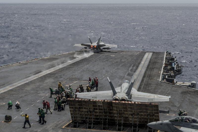 F/A-18在雷根號甲板準備起飛。(美國海軍網站)