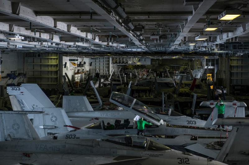 雷根號航空母艦的艦載機正在機庫內進行整備。(美軍太平洋艦隊Flickr)