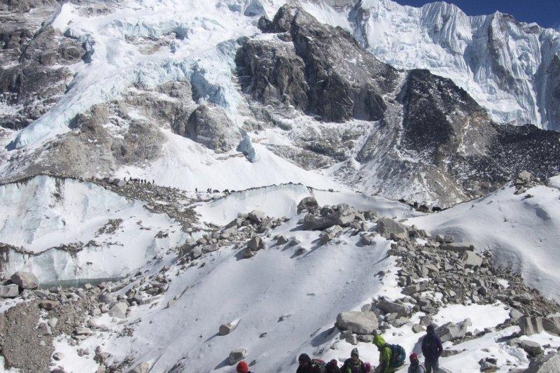 中國與尼泊爾8日共同宣布聖母峰的新高度為8848.86公尺,比以往紀錄多了86公分,這項合作也使兩國關係更加升溫。(美聯社)