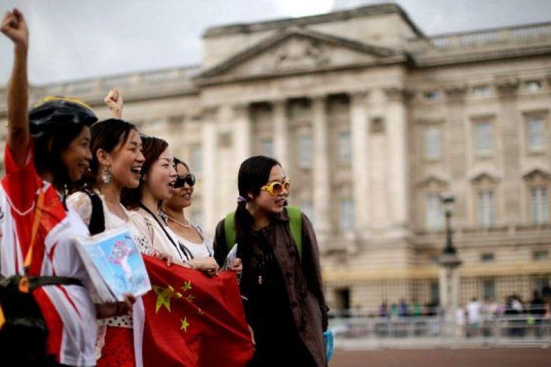 白金漢宮門前的中國遊客。(BBC中文網)