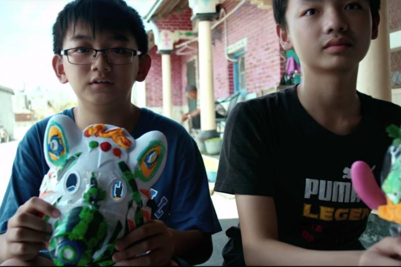 孩子們都發揮想像力,設計出創意防毒面具!(圖片截取自youtube)