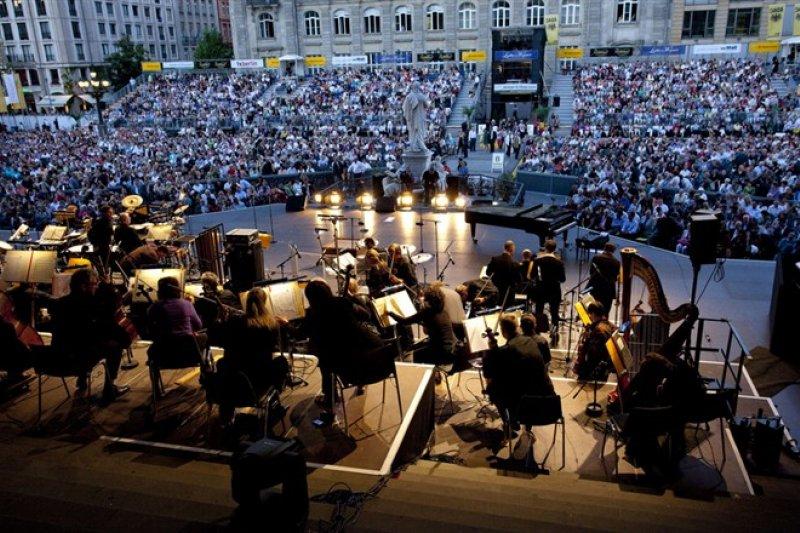 在柏林御林廣場(Gendarmenmarkt)的一次管絃樂團露天演出(圖/GünterSteffen@flickr)