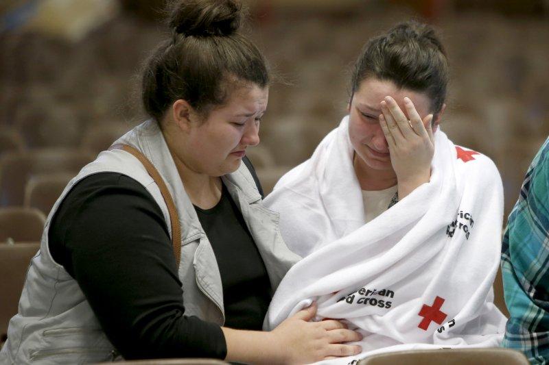 槍擊案發生後,學生相互安慰(美聯社)