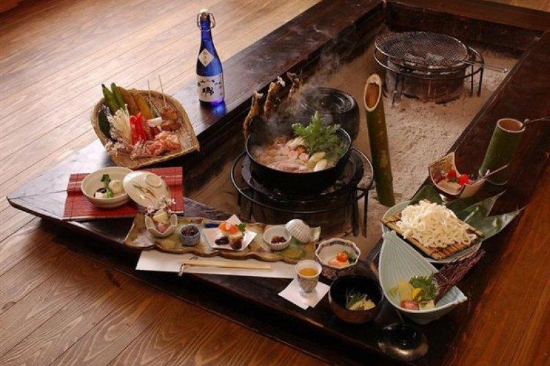 埼玉縣小鹿野宮本家的圍爐裡料理。