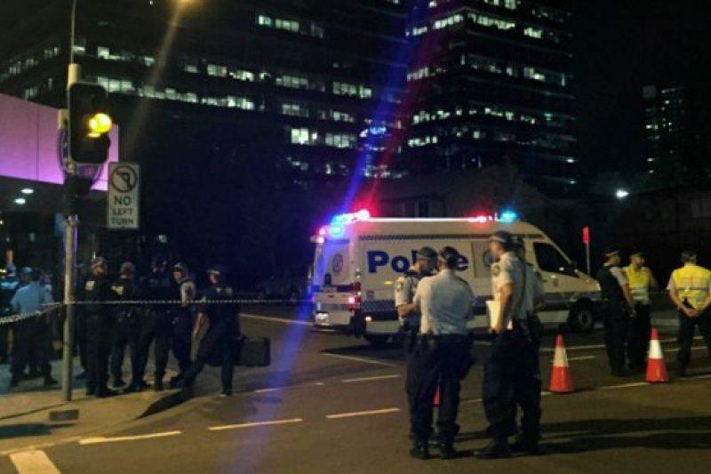 澳大利亞警方表示,兇手向受害者開了一槍之後,又向其他警員開槍,警員還擊將其擊斃。(BBC中文網)