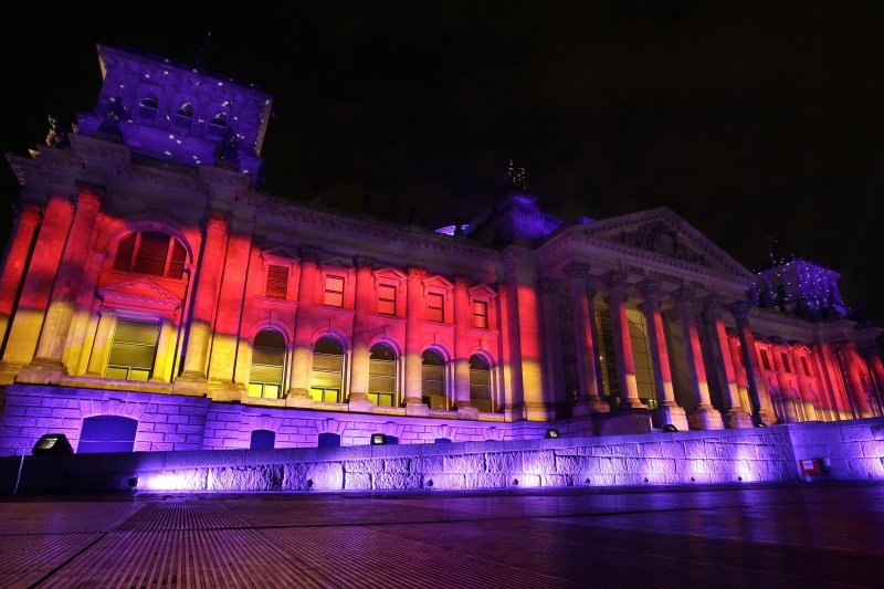 3日,德國著名地標國會大廈(Bundestag)慶祝德國統一25周年。(美聯社)