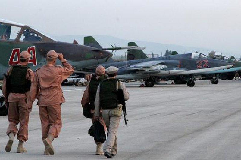 為了實施空襲任務,俄羅斯進駐並整修敘利亞的克美明空軍基地。(取自推特)