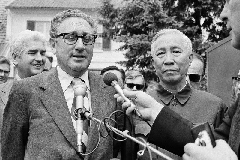 1973年,季辛吉(左)和黎德壽。(美聯社)