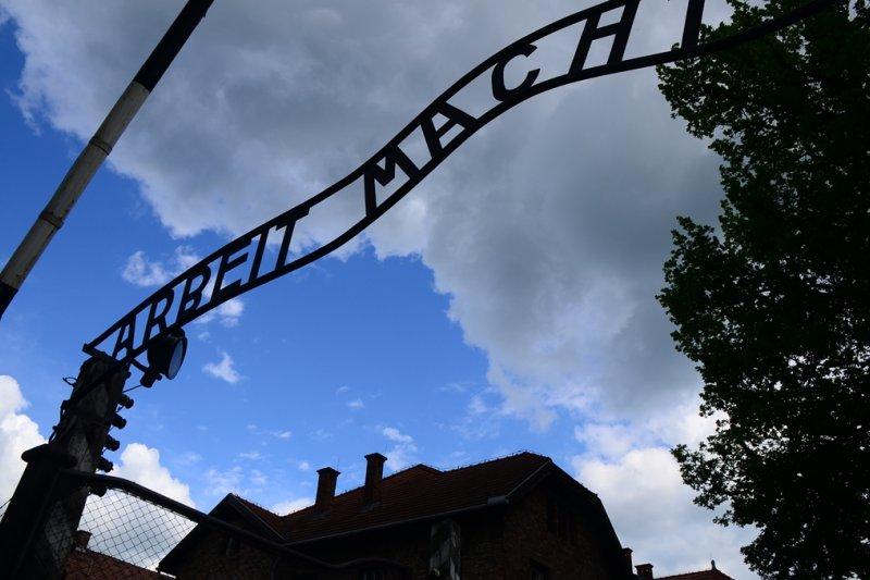 集中營正門上用德文寫著:勞動帶來自由,是多麼諷刺!(圖/時報文化提供)