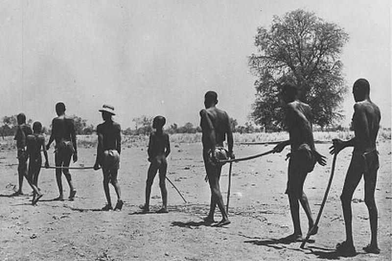 過去「河盲症」在非洲是很嚴重的流行病,許多當地人都因此致盲,需要同伴引導才能外出。(維基百科)