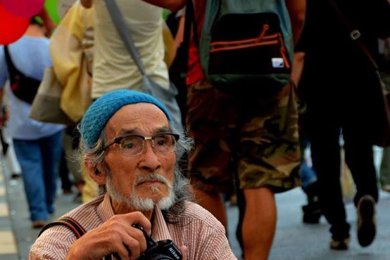福島菊次郎從不缺席於日本任何重要的抗議現場(圖/映画「ニッポンの嘘 報道写真家 福島菊次郎 90歳」@facebook)