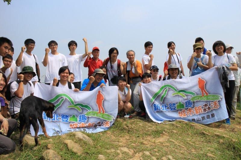劉克襄老師帶領著登山隊伍,走訪新北青龍嶺、大棟山步道